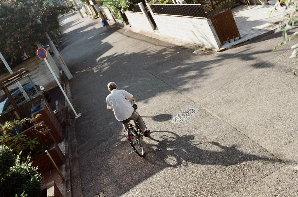 白川通 Kyoto / Kodak ColorPlus / Nikon FM2 2015/09/27 在白川通停留很久,我記得那時候坐在路邊換底片,但是周圍的安靜讓我繼續坐著休息,沒有急著離開。  沿著河堤走,因為高度的關係,可以用一種凌空的角度偷偷觀察這個時段人們的生活。  老實說,京都真的是一個可以待很久的地方,即使現在回憶起來,還可以感受到當時的安靜與溫暖的陽光。  雖然在河堤上走著走著會有一點點小孤單。  Nikon FM2 Nikon AI Nikkor 50mm f/1.4S Kodak ColorPlus ISO200 0987-0007 Photo by Toomore