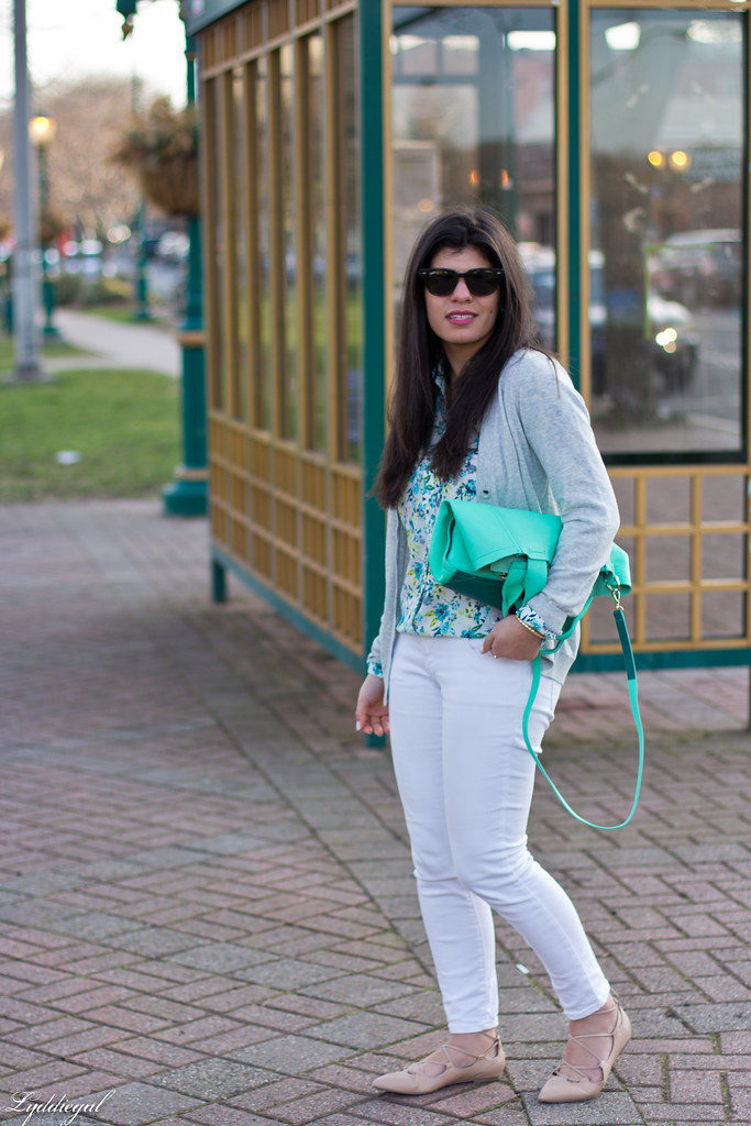floral blouse, white jeans, lace up flats, mint tote-2.jpg