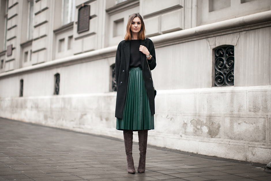 green-midi-pleated-leather-skirt-outfit-street-style