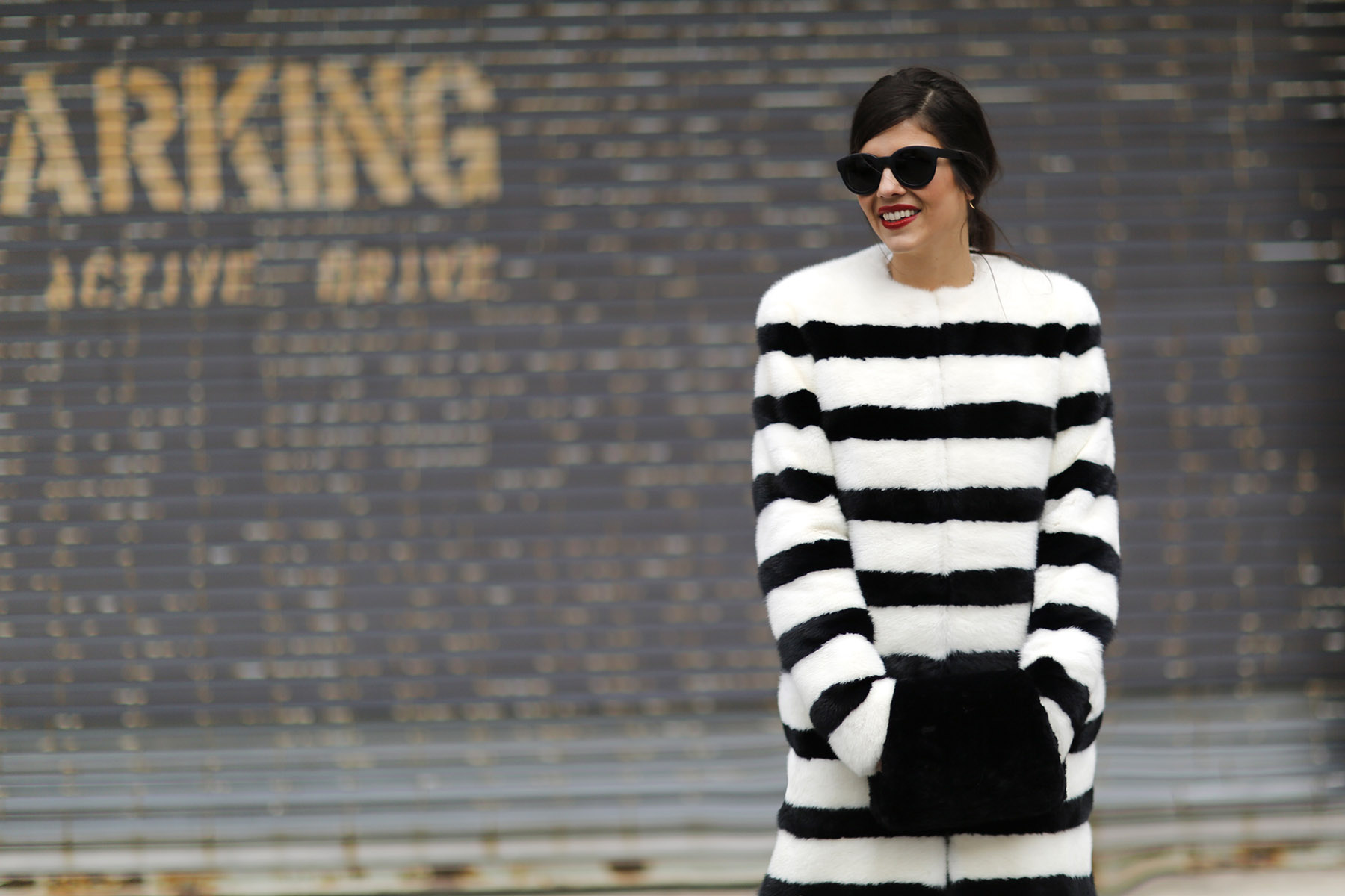 trendy-taste-nyfw-tresemme-a-moi-show-abrigo-blanco-negro-pelo-4