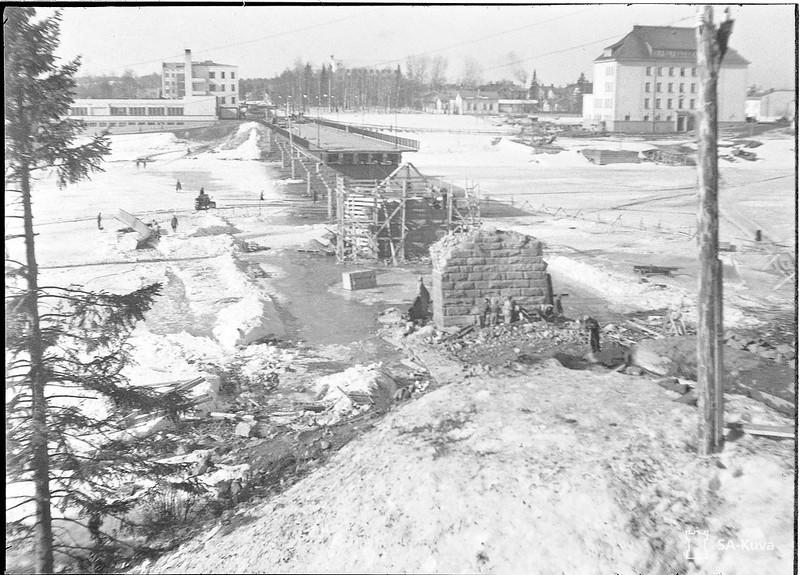 Sortavalan jälleenrakennusta. Ryssien räjäyttämän Karjalan sillan korjaustyöt käynnissä.Sortavala 1942.04.16.jpg 01