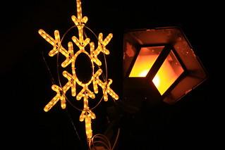 雪のイルミネーションと街灯