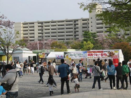 阪神競馬場スタンド外のキッチンカー屋台