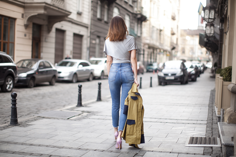 high-waisted-jeans-street-style-pointed-heels