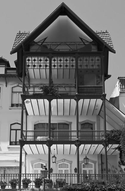 Una casa en blanco y negro  -  A house in black and white