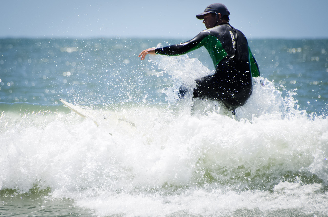 Un surfista se divierte con las olas de la Playa del Rivero, en Punta del Diablo. (Elton Núñez)