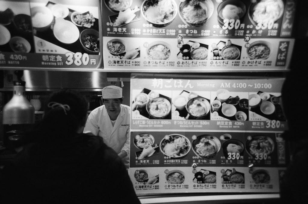 成田機場第三航站 Narita Air Port, Japan / Kodak TRI-X 400 / Lomo LC-A+ 2016/01/31 成田機場第三航站,每次入境成田肚子很餓,都會先來這裡吃一碗拉麵。最後一次離開東京的時候也是先過來這裡吃飽,再回到第二航站睡覺。  我會很無聊的想著那天剛到東京的畫面。  出發的時候裝了一捲黑白底片,在我印象中往返東京與台北這段行程還沒有用黑白的影像紀錄。  Lomo LC-A+ Kodak TRI-X 400 / 400TX 8561-0011 Photo by Toomore