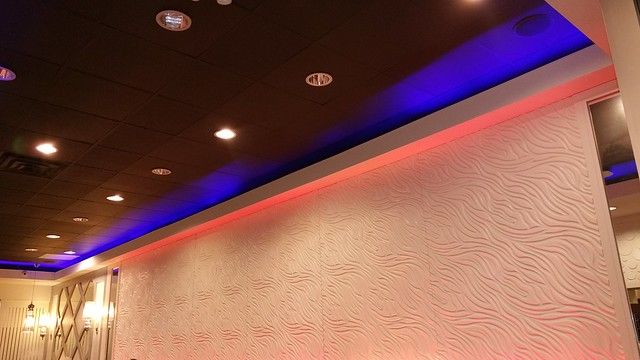 2016-Apr-10 - Pearl Castle Cafe (Metrotown) - wall that changes colours