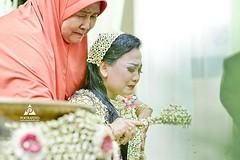 Foto prosesi siraman pernikahan pengantin adat Jawa di wedding Kak Sulis & Kak Aidil di Banjarmasin Kalsel. Foto wedding by @poetrafoto, http://wedding.poetrafoto.com 👍😊