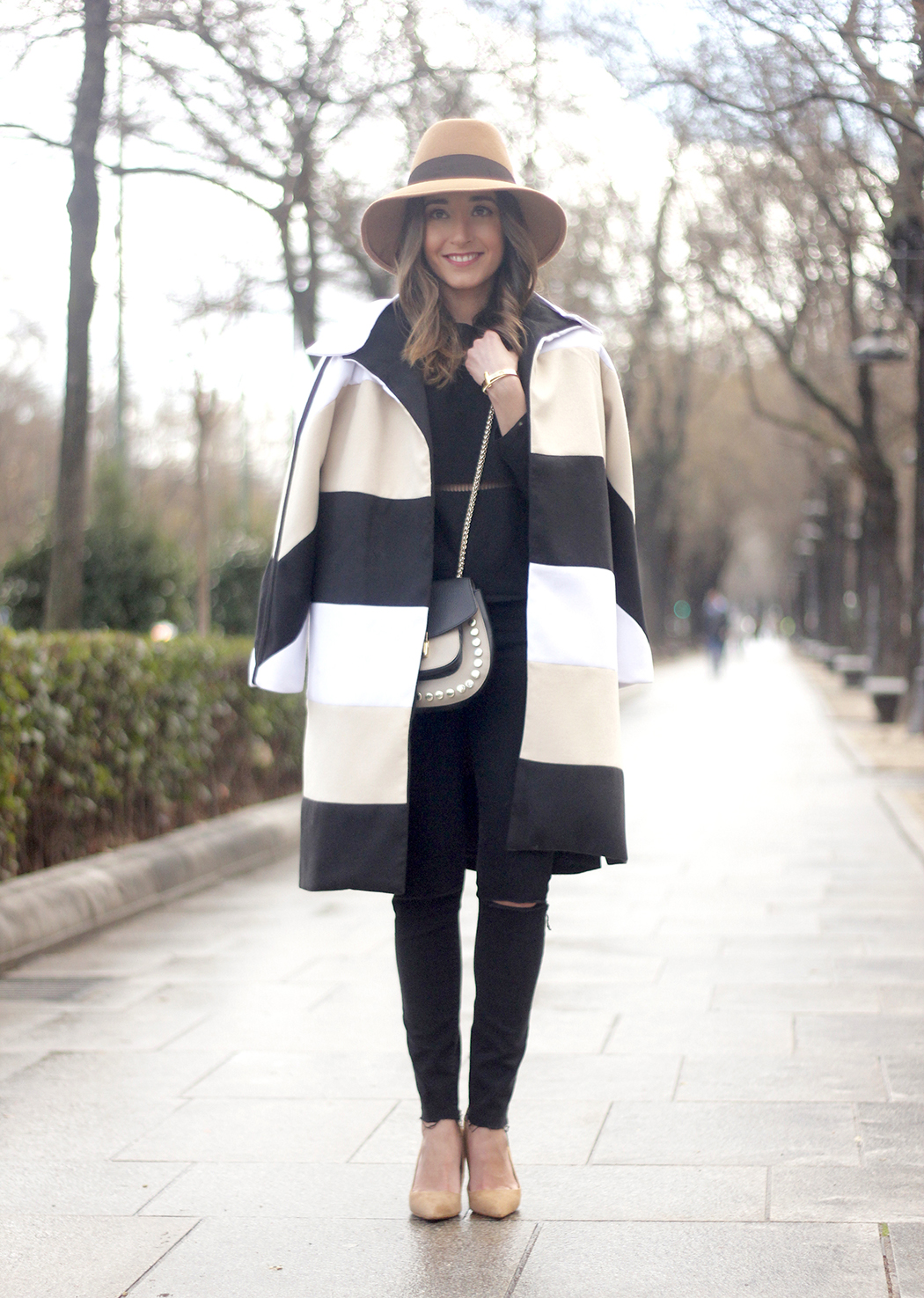 Total black outfit with sheinside coat uterqüe bag nude heels outfit fashion01