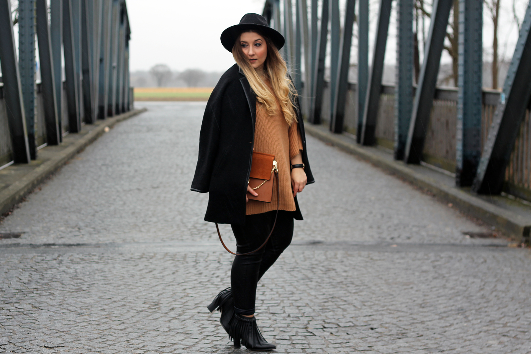 outfit-look-style-streetstyle-hut-pullover-strick-lederhose-tasche