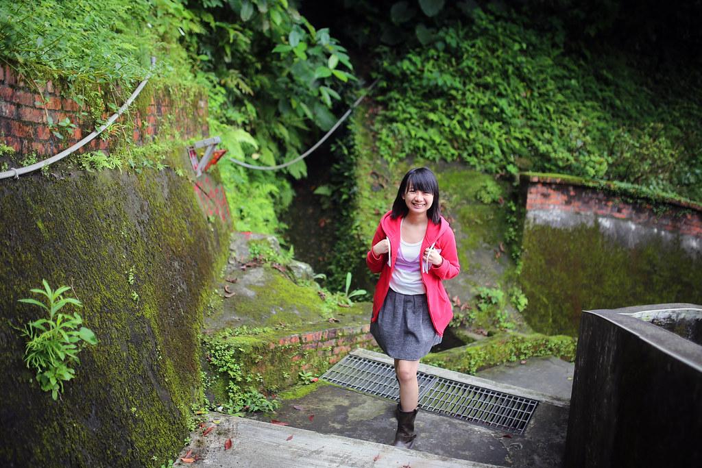 九份 Taipei, Taiwan / Sigma 35mm F1.4 / Canon 6D 這裡走了好幾遍,想要拍一個轉角走上來的畫面,所以就一直叫妹妹下去再走上來。  真是辛苦了!  我很無聊,但還好有拍到想要的。  Canon 6D Sigma 35mm F1.4 DG HSM Art IMG_7921 2016/05/01 Photo by Toomore