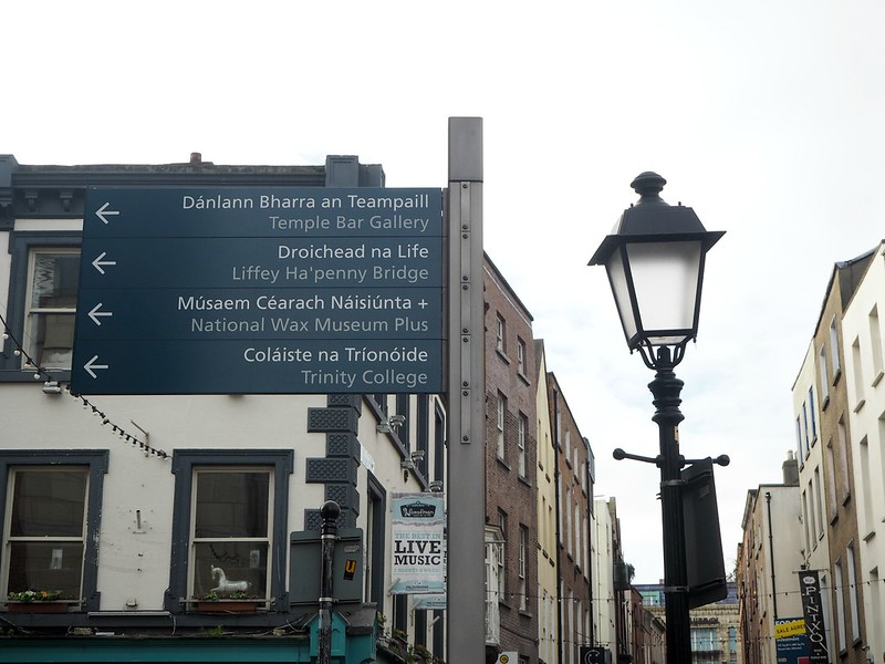 dublincenterP4171423, city, kaupunki, street, katu, board, sign, kyltit, street sign, temple bar, liffey ha'penny bridge, trinity college, streetlight,
