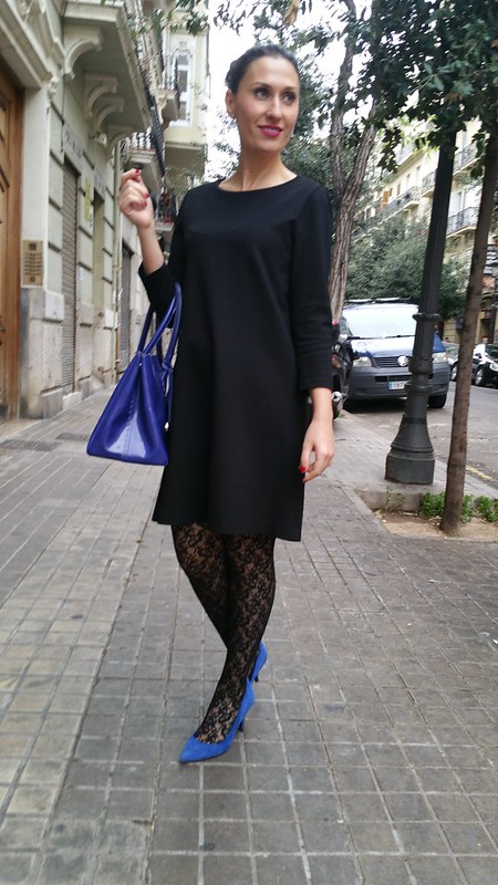Elegancia, LBD, little black dress, elegante, medias estampadas de flores negras, moño, azul klein, zapatos, bolso, pendientes de lágrima, elegance, elegant, black flowered stockings, bun, klein blue, shoes, bag, teardrop earrings, Massimo Dutti, Calzedonia, Zara, Furla, Swarovski, Tintoretto