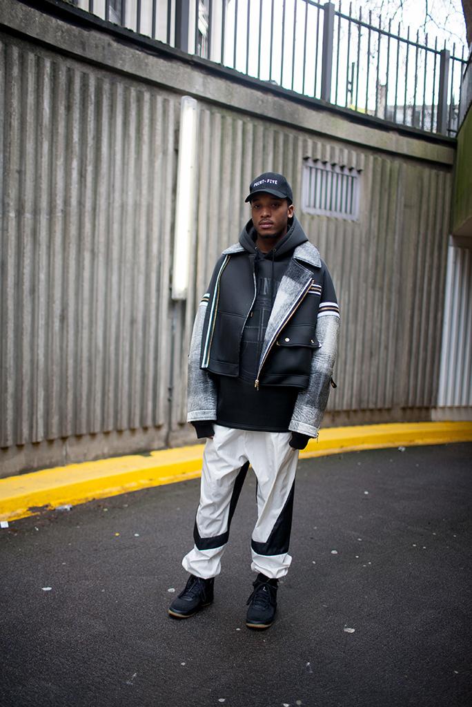 黒キャップ×ライダース型ジャケット×黒スキューバ素材パーカー×白パンツ×黒ハイカットスニーカー
