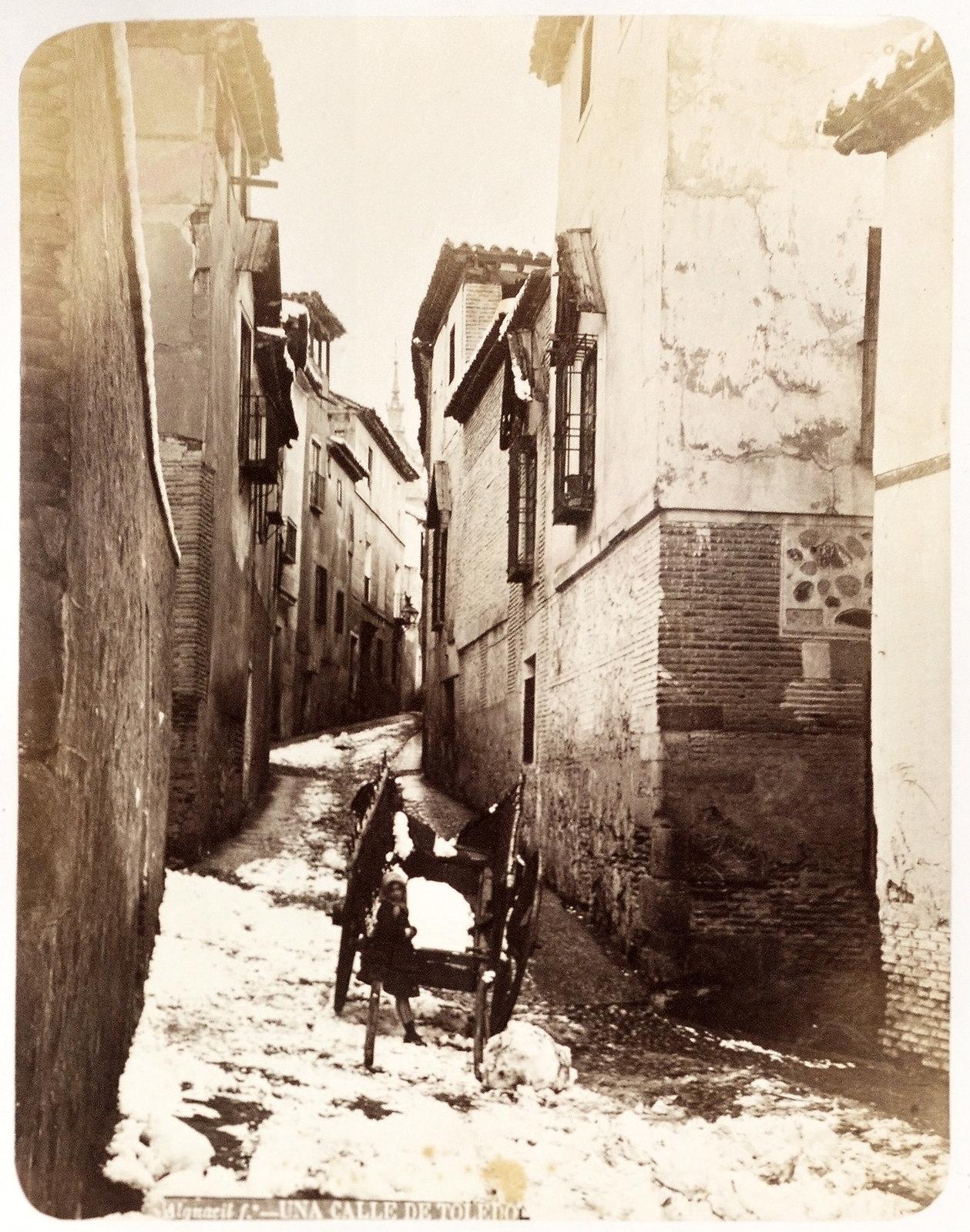 Calle de San Marcos (?)  en un día de nieve en Toledo hacia 1879. Álbum de la National Gallery con fotos de Casiano Alguacil.