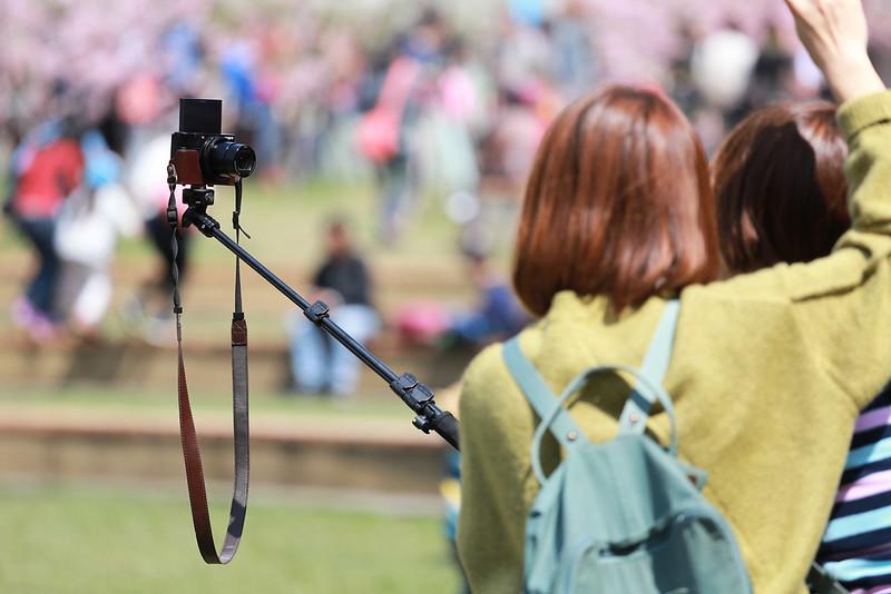 原來,拿自拍桿還可以玩以自己為圓心,相機轉圈圈轉圈圈拍照的玩法。