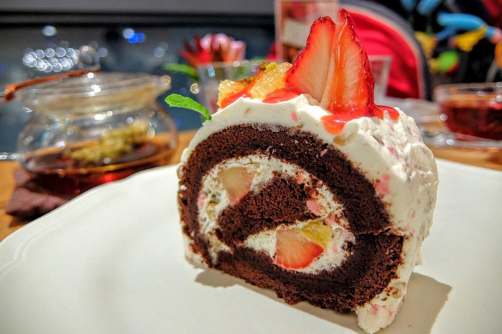 柳橙草莓巧克力蛋糕捲,中間是蒙布朗蛋糕