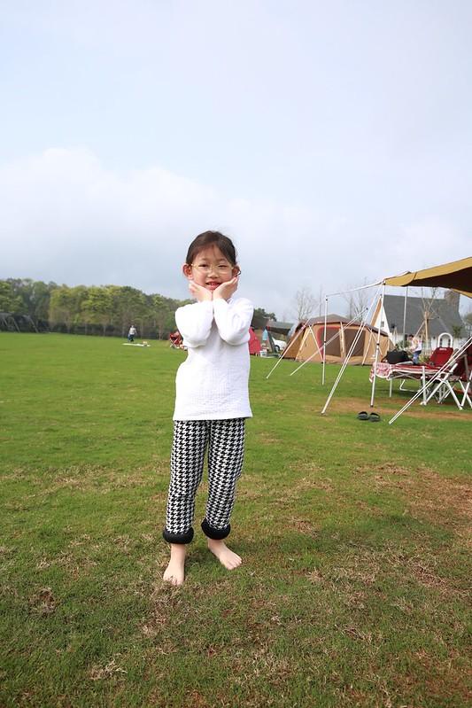 赤腳踩草地的寶妹