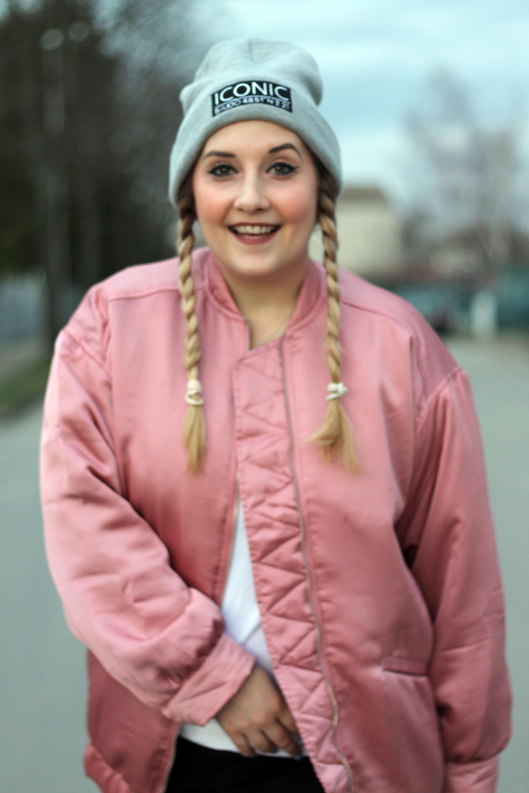 valentinstagslook-outfit-style-modeblog-fashionblog-mütze-beanie-rosa-bomberjacke