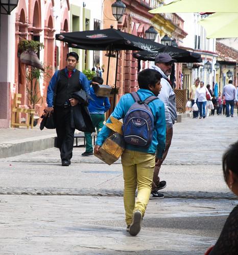 San Cristóbal de las Casas: un jeue cireur de chaussures...