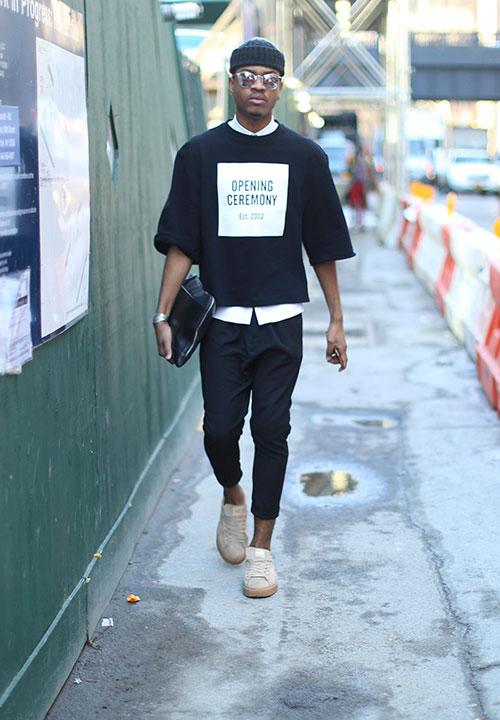 黒ニットキャップ×オープニングセレモニーの黒Tシャツ×白シャツ×黒サルエルパンツ×ベージュスニーカー