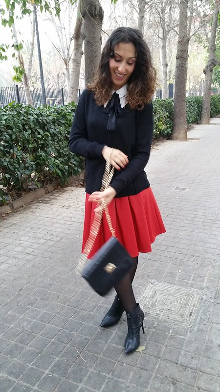 Falda, tablitas roja, college, blusa blanca, Iazada negra, , jersey de pico, botines de aguja, abrigo gris, skirt, red pleated, white blouse, black bow, pleated, V-Neck sweater, needled booties, grey coat, Aguamarina, Mango, Gloria Ortiz, Naf Naf, The Code