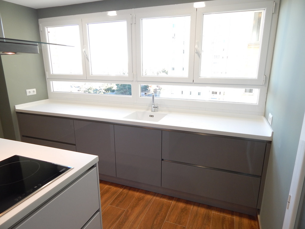 Muebles de cocina gris perla y blanco for Muebles de cocina blancos