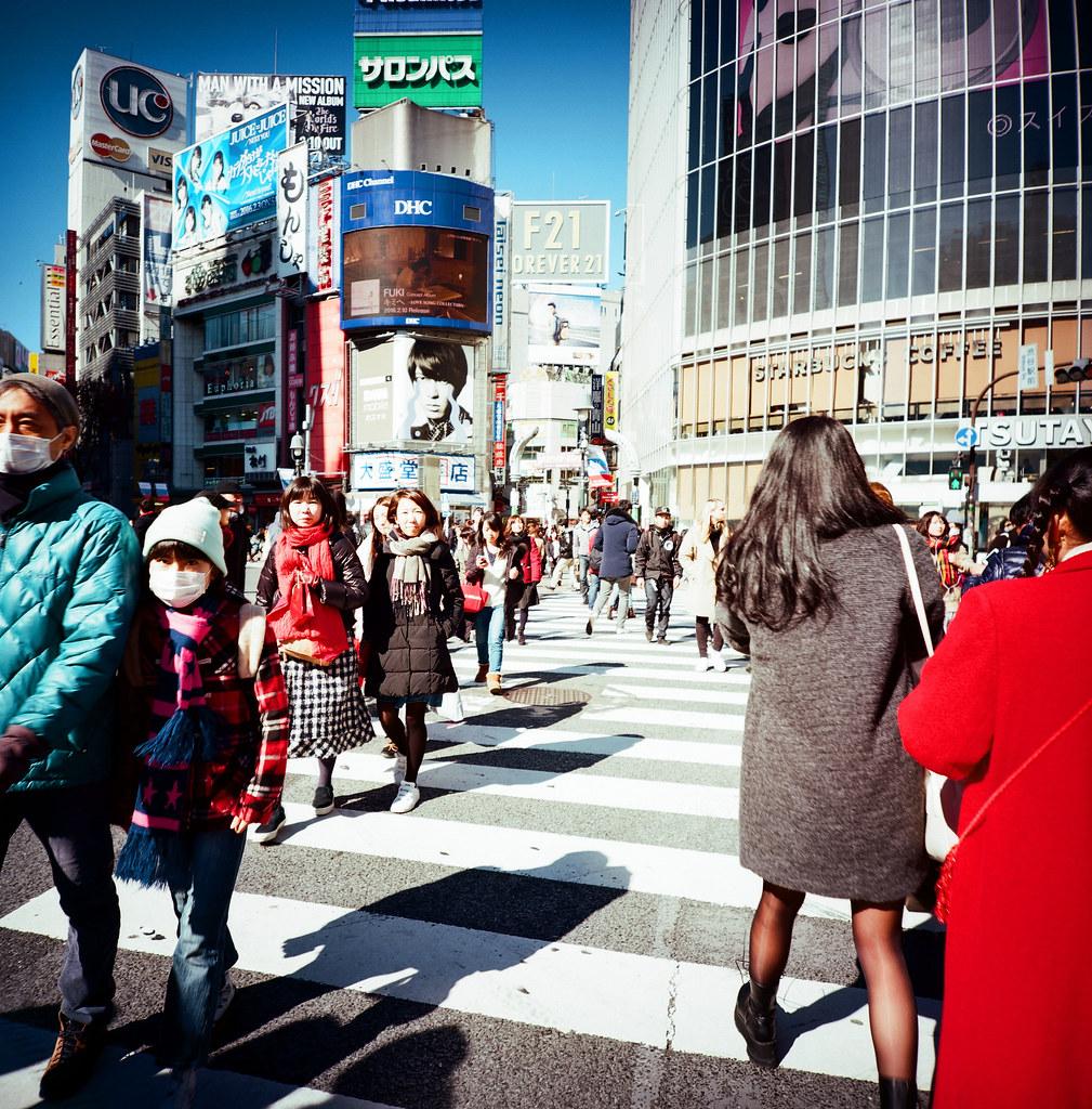 渋谷 Shibuya Tokyo, Japan / Kodak Pro Ektar 100 / Lomo LCA 120 2016/02/07 在除夕那天我離開千葉,進入東京一趟。  接著來到了渋谷,在這個大馬路上把所有的相機都拿出來盡情的按快門。  我好喜歡這裡!  Lomo LC-A 120 Kodak Pro Ektar 100 120 8282-0008 Photo by Toomore