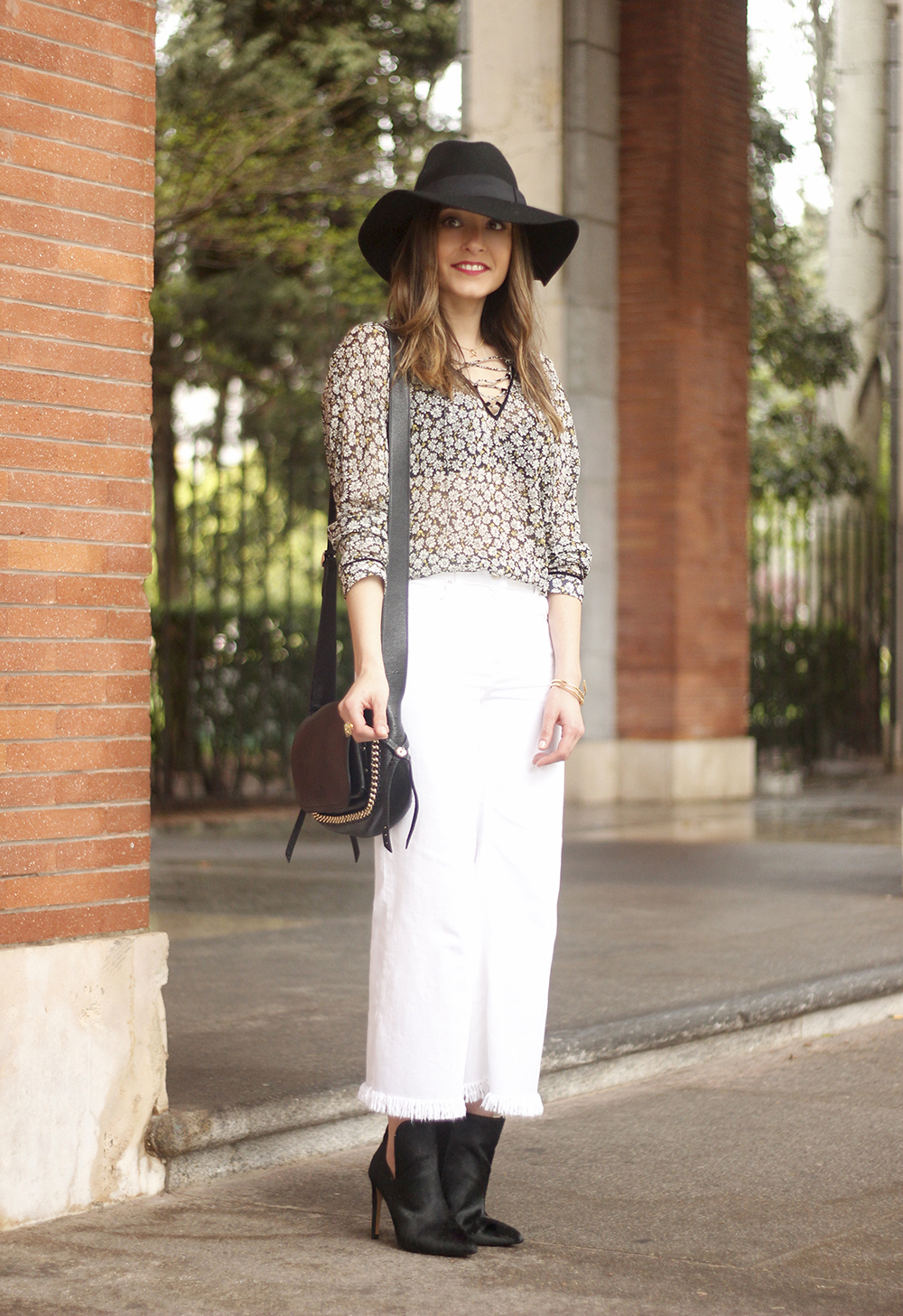 Cropped flare white jeans flower black hat booties seventies outfit03