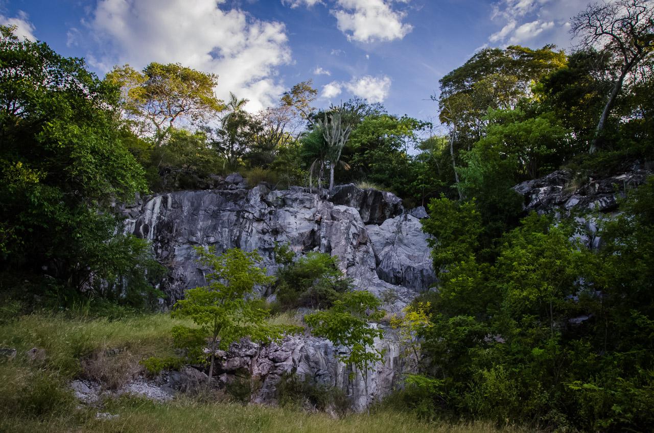 La parte frontal del acceso a la caverna 14 de Julio, el aspecto de cantera es causado por la explotación de algunas rocas por parte de los pobladores, fue lo que permitió eventualmente el descubrimiento de la caverna que hoy en día es protegida por la sociedad. (Elton Núñez)