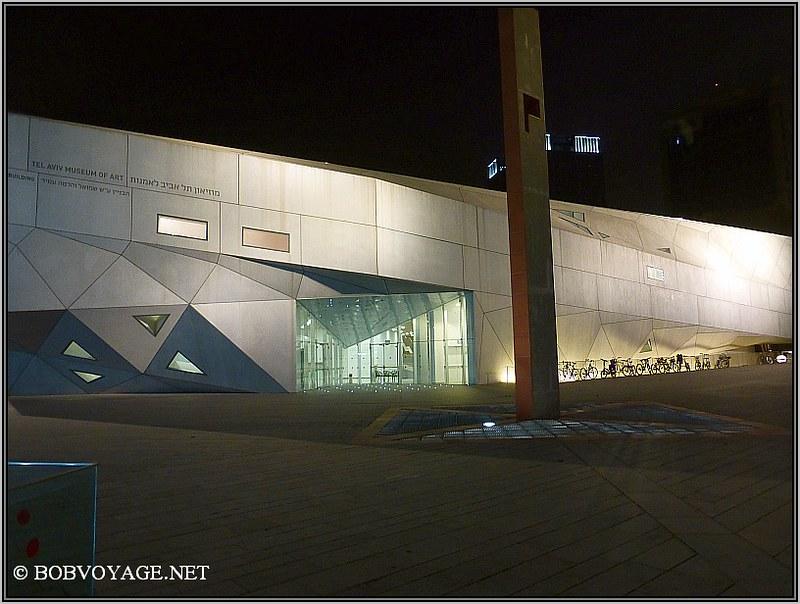 מבט אל הכניסה של מוזיאון תל אביב