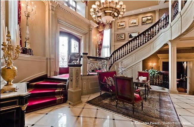 Парадная лестница в доме Селин Дион