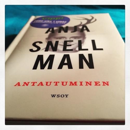 En voinut jättää kesken. Ja nyt se on viimeistään pakko hankkia omaksikin. #kirjapäiväkirjat2016 #anjasnellman #antautuminen #erityisherkkyys #reading #books #kirjat #luettuyhdessäillassa #suosittelen