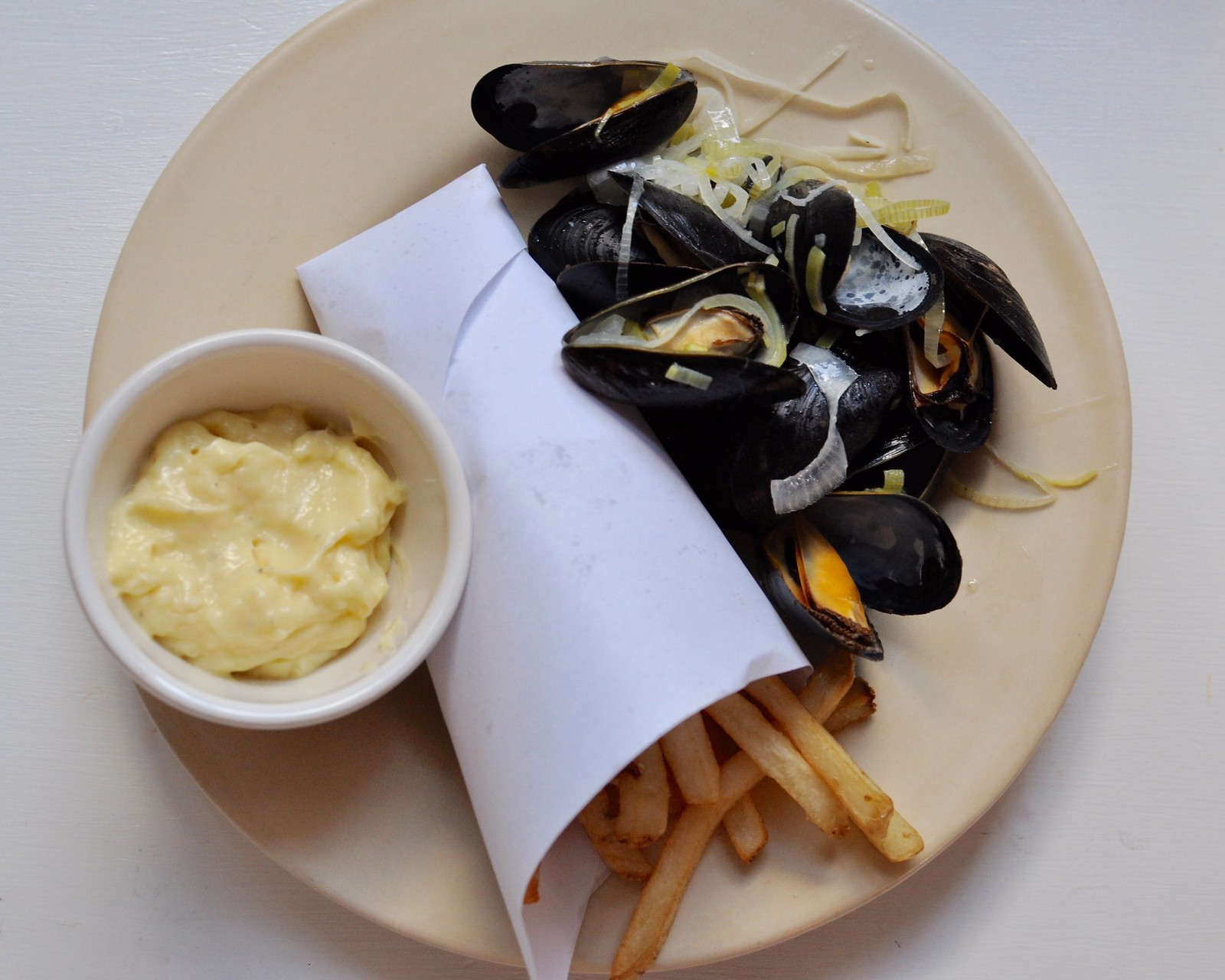 how to eat mussels and fries
