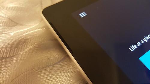ลำโพงคู่ด้านหน้า ดีไซน์เดิมๆ เหมือน Microsoft Surface Pro 3