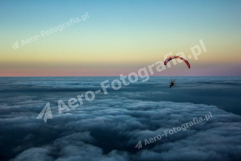 Paralotnia nad chmurami