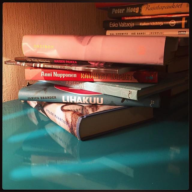 3/52: Epätasapaino #kotikuusenallaknits #valokuvaushaaste #kirjat #books #reading #colours #colourlove