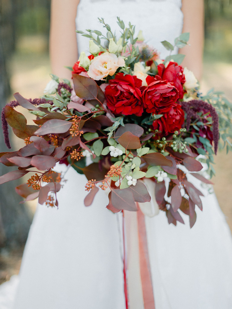 Autumn red wedding bouquet for autumn wedding , Marsala Wedding Inspiration | fabmood.com #marsala #woodland