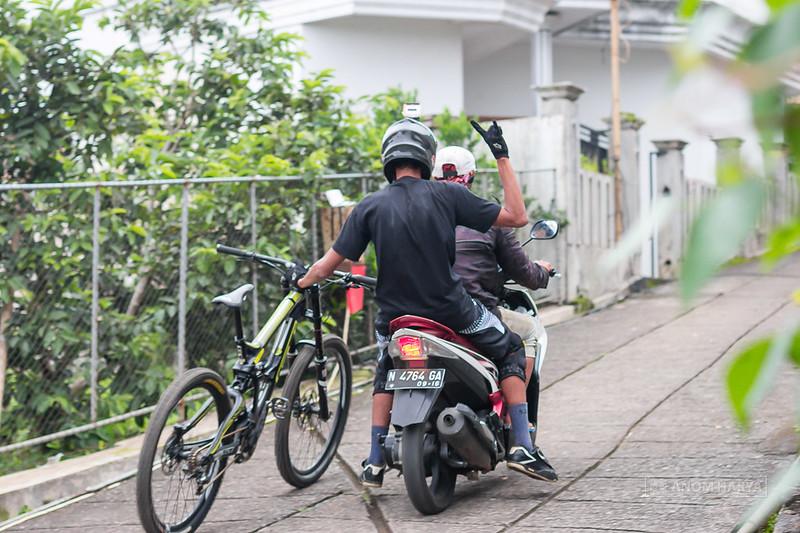 Loading sepeda dengan motor