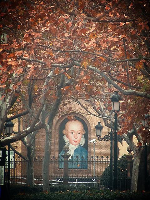 Túnel de hojas al Museo
