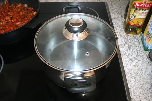 28 - Wasser für Nudeln aufsetzen / Bring water for noodles to a boil