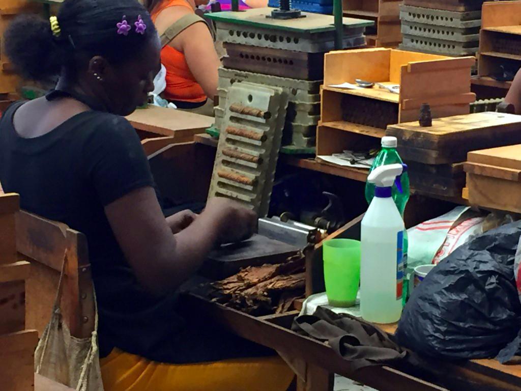 visita a la fábrica de puros de La Habana: Fabrica de Puros de La Habana en Cuba fábrica de puros de la habana - 26263384681 d88203c5ff o - Visita a la fábrica de puros de La Habana en Cuba