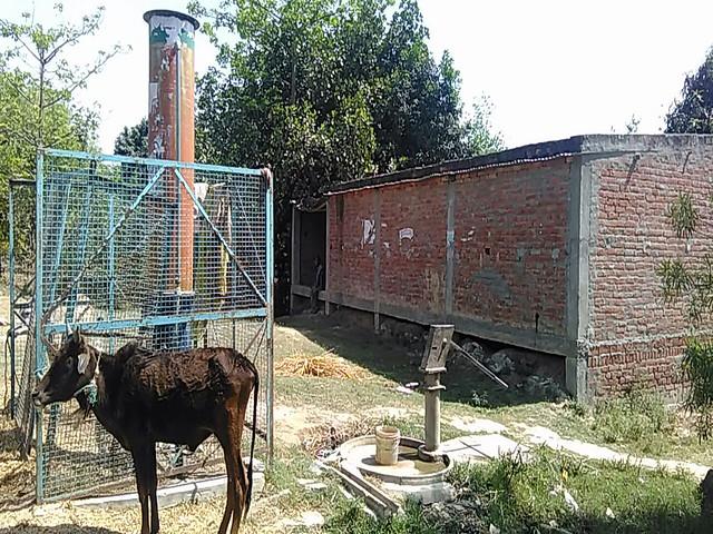 जोगा का पुरवा (नेवादा) में खराब पड़ा जालीदार हैण्डपम्प