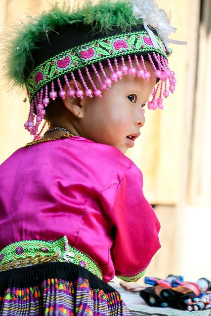 Girl in ethnic costume, Hmong village near Luang Prabang, Laos ルアンパバーン郊外のモン族村、民族衣装を着た少女