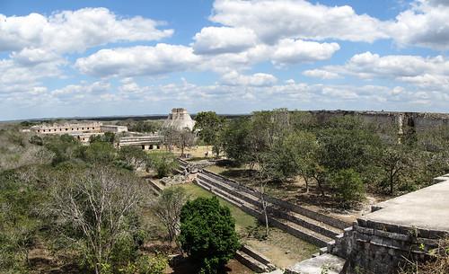 Uxmal: vue depuis la Grande Pyramide sur le Quadrilatère des Nonnes (au fond à gauche) et la Pyramide du Magicien (au fond à droite)