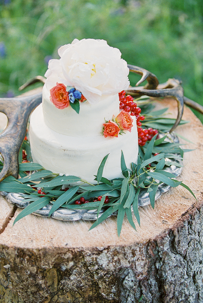 white wedding cake pairs with antlers for Bohemian wedding inspiration shoot in the countryside with a dose of vibrancy | photo by Igor Kovchegin | Fab Mood - UK wedding blog #bohemian