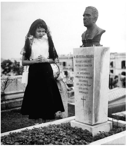 Uma mulher visitando um cemitério. Jack Birns. Macau, 1949