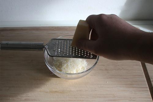 12 - Parmesan reiben / Grate parmesan