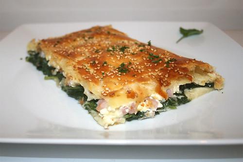 27 - Puff pastry stuffed with spinach & feta - Side view / Blätterteig mit Spinat-Feta-Füllung - Seitenansicht